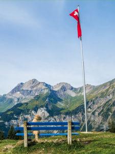 Camping mit Hund Schweiz Berge Flagge