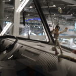 Elvis auf dem Armaturenbereich eines VW Bullis
