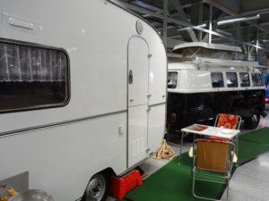 Schwalbennest (Wohnwagen) mit VW Bulli