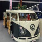VW Bulli im Surferstil, schwarz-weiss