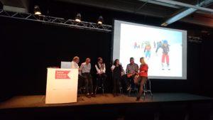 Diskussionsrunde mit 6 Personen mit Skifahrern auf der Präsentation