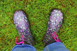 Gummistiefel auf dem Rasen
