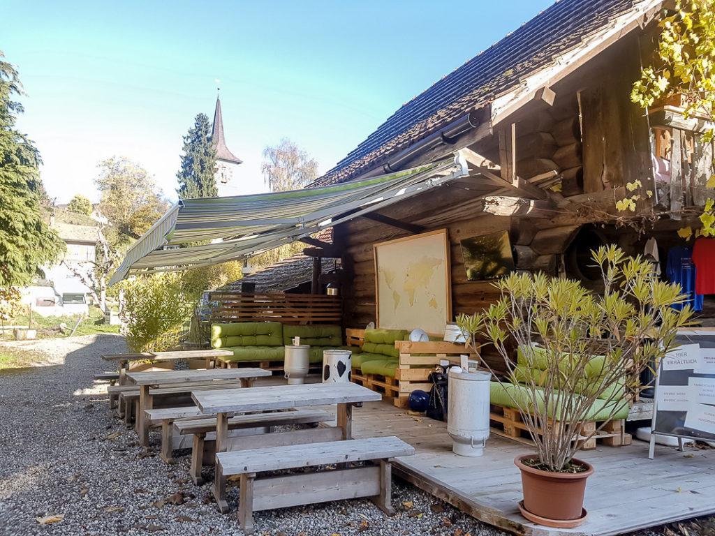 Bar mit Sitzbereich im Freien auf dem Kuerbishof Oppliger