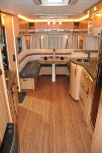 Knaus Südwind 700 - Eingang, Küche und Essbereich