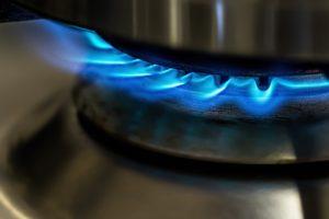 Gasflammen im Zuge der Saisonvorbereitung kontrollieren