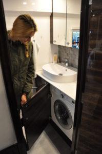 Waschmaschine im Helvetic One, versteckt hinter Tür