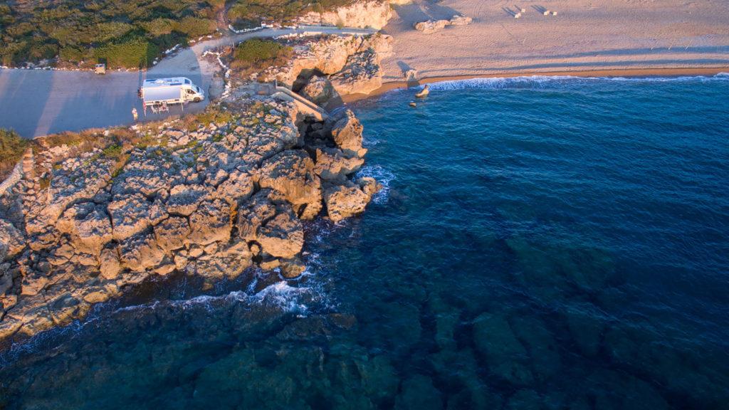 Wohnmobil Knutschi freistehend am Meer, am Rand einer Klippe