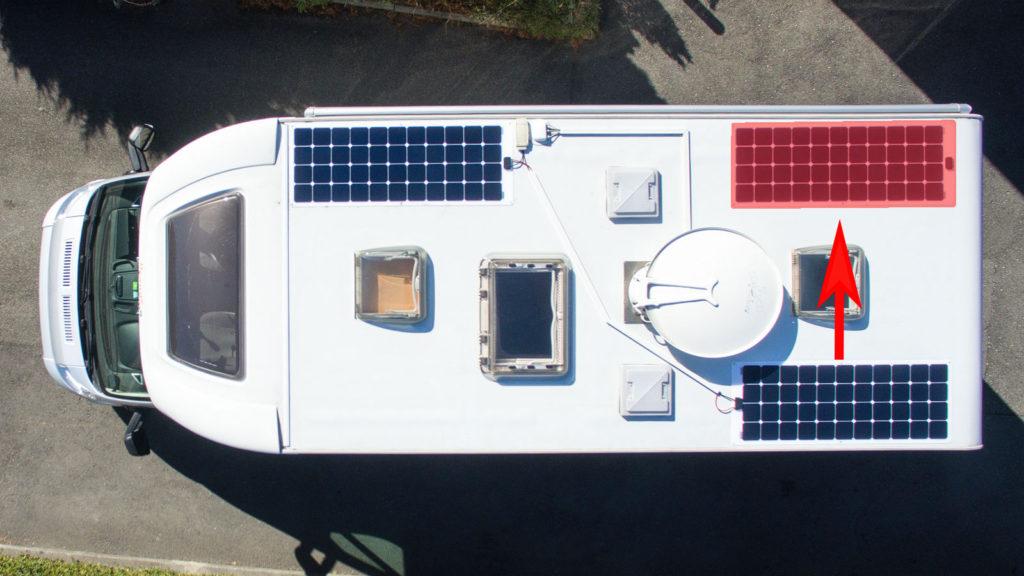 Blick von oben auf Wohnmobil Knutschi: 2 Solarpanels diagonal platziert. Rot eingezeichnet, wo das zweite Panel besser platziert gewesene wäre.