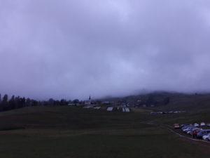Sicht auf das Bergdorf Degen mit Regenwolken