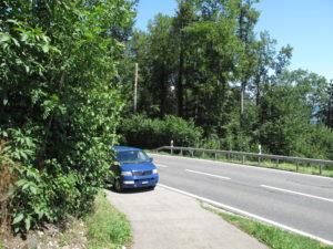 VW Bus T5 (blau) im Strassenrank, Los geht der Camping-Testlauf