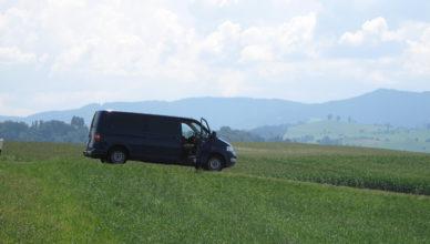 VW Bus T5 (blau) auf einer Wiese