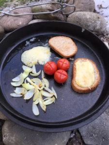 Deckel mit Tomate, Zwiebel, Brotscheibe, Käse