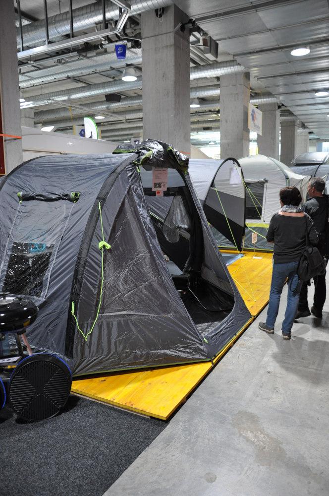 Zelte am Stand von Dietsche