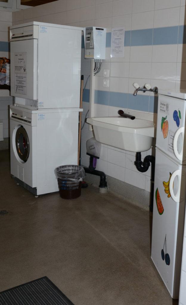 Waschraum mit öffentlichem Kühlschrank