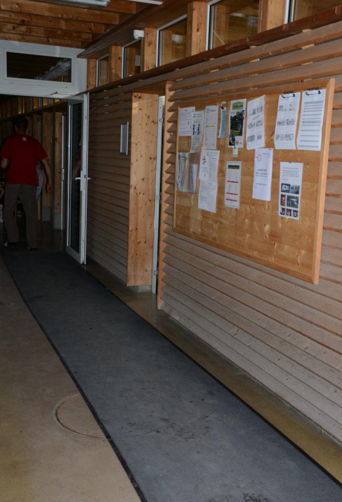 Eingang Sanitär-Gebäude mit Anschlagbrett