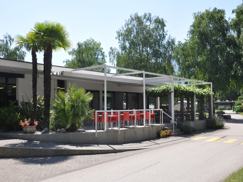 Rezeption mit Laden und Restaurant