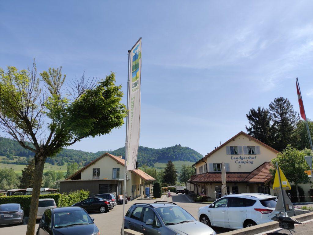 Eingang mit Parkplatz und Landgasthof