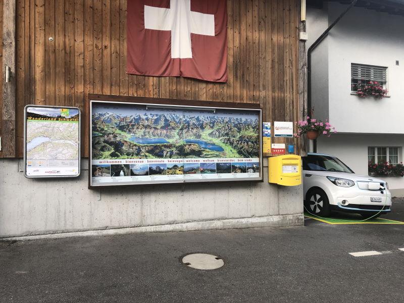 Info-Tafel und mietbares Eletro-Fahrzeug